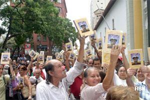 Foto de AVN , en 2005, Plaza Bolívar de Caracas. Comienza la distribución gratuita de 1 millón de Quijotes por parte del Ministerio de la Cultura
